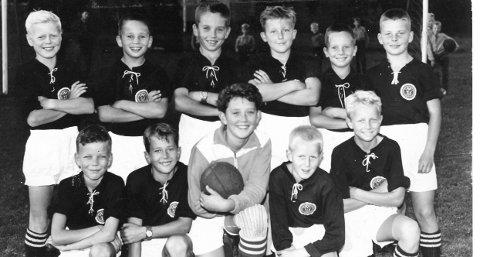 1957: Bak f.v. Svend Larsen, Boye Skistad, Brøge Skistad, Dagfinn Pettersen, Brede Skistad, Jan Erik Holmen. Foran f.v. Thorbjørn Loe, Jan Erik Olsen, Terje Hansen, Bjørn Gommerud, Terje Svendsen. MIF guttelag.Bildet er utlånt av Marit Hval Olsen.