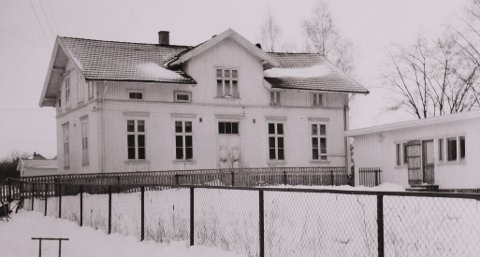 Mjøndalen Øvre skole, lille bygningen: Den en etasjes bygningen til høyre i bilde, rommet Mjøndalens første barnehage og ble drevet av Husmorlaget.  Foto: Eiker arkiv
