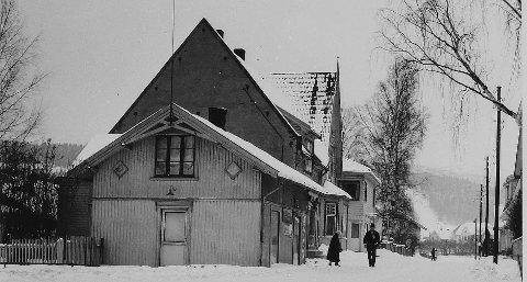 Stasjonsgata i Mjøndalen: Den første bygningen på bilde ligger omtrent der Jafs ligger i dag. Kronstrand drev godteributikk der. Huset med det spisse taket var eid av Hans Christensen, som hadde papirforretning, denne brant. Foto: Eiker Arkiv