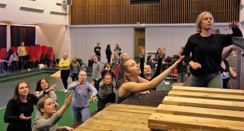 DANS: Maja A. Paulsen (18) frå Florø (nede i venstre hjørne), Mina Susanne Kjerpeset (18) frå Svelgen (nede til venstre), og Ive van Oorschot (18) frå Davik øver på ein dans til musikalen.
