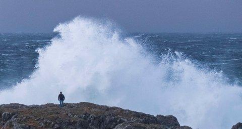 Illustrasjonsfoto: En mann ser på bølgene i forbindelse med ekstremværet Urd ved Jølle på Lista. Foto: Tor Erik Schrøder / NTB scanpix