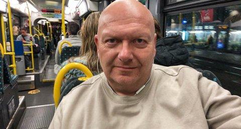 """URBAN: Etter ein shoppingtur måndag kveld er Geir Bjarte Hjetland på veg """"heim"""" til Bislett på trikken."""