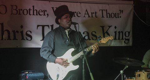 Stemning: Chris Thomas King bød på god bluesstemning i puben på marinaen. Begge foto: Ada Ekrem