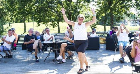 JUBEL: Hildegunn Borup jublet da seieren ble kunngjort på klubbhuset til golfklubben etter turneringen lørdag.ALLE FOTOS: Johnny Leo Johansen