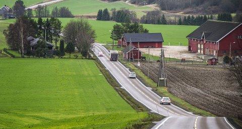 Utsatt strekning: Her i Vardeveien ved Heia gård ble hele 35 bilister tatt i fartskontroll i juni i år. UP ser svært alvorlig på resultatene av kontrollen.arkivfoto: geir a. carlsson