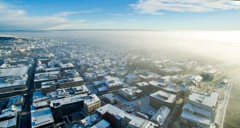 Slik så luften ut over Fredrikstad sentrum mandag ettermiddag.