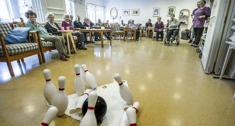 Felles glede: Bowling er en av aktivitetene som samler brukerne på dagsenteret på Holmen. Hildbjørg Hansen (88, i rullestol) har lang bowlingerfaring og kaster kulen med kraft. – Trim er bra, mener hun.