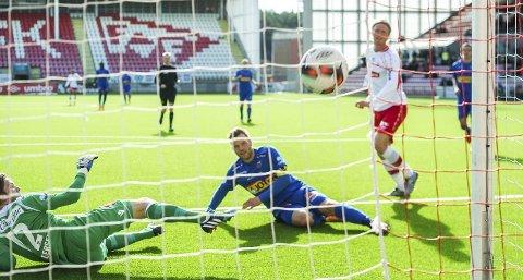 SCORING: Andreas Aalbu setter inn 1–0 etter godt forarbeid av Kristian Brix. BEGGE FOTO: Johnny Leo Johansen