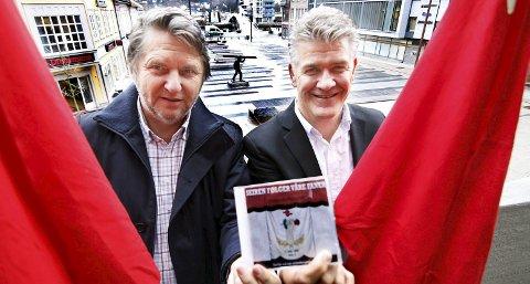 Gleder seg: Jens Olav Simensen (t.v.) og Christian Skyum i Arbeiderbevegelsens kulturnettverk er stolte av den nye cd-en med arbeidersanger som lanseres på City Scene 1. mai. Foto: Svein Kristiansen