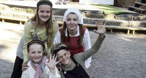 Hovedrollene: Brottungen Asta (bak til v.) spilles av Tomine Kristine Hanes Krosby (12), gårdsungen Ine spilles av Silje Gillerstedt Mogen (15). Foran ser vi de yngste skuespillerne Marie Helene Seilø Torgersen (10) som spiller Greta og Greger Magnus Gulsdal (10) som spiller Torbjørn. FOTO: JOHN JOHANSEN