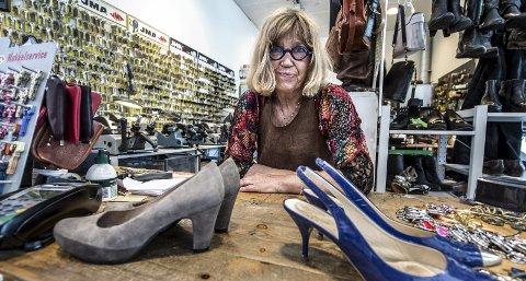 Skomaker: Ada Falstad trives bak disken og på verkstedet som skomaker. Et yrke hun ikke gikk inn i før etter fylte 50 år.FOTO: Geir A. Carlsson