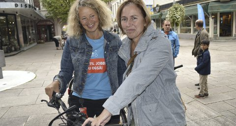 NY SYKKEL: Hanne Bonnevie-Svendsen (til høyre) sikret seg sykkel, men Anne Skauen i Fredrikstad kommune skulle gjerne hatt flere sykler å selge.  Foto: Marianne Holøien