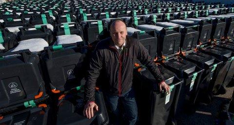 MER SØPPEL: Dess flere julegaver, dess mer søppel. Renovasjonssjef André Svendsen oppfordrer folk til å bruke de røde sekkene til gavepapir og gavebånd.