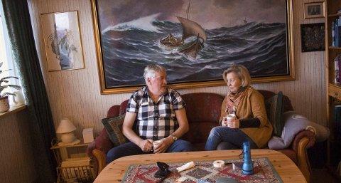 God tone: Kjell Simonsen i hyggelig samtale med Renee Bjørstad som i sin tid hadde oppdraget med å registrere all kunst som Narvik kommune eier, eller har eid. På den måten kom hun i kontakt med Simonsen.ALLE FOTO: JAN ERIK TEIGEN