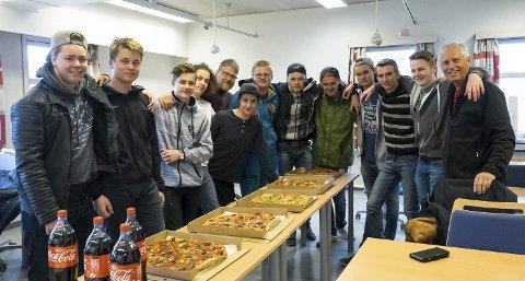 Klasse BA 1A ved Oscarsborg: Som takk for innsatsen under byggingen av tribunen fikk elevene pizza.