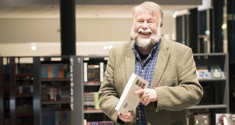 MYE HISTORIE: Gunnar Grytås har samlet mye verdenshistorie i boken «Malmtunge spor: historia om Ofotbanen». Alle foto: Kristoffer Klem Bergersen