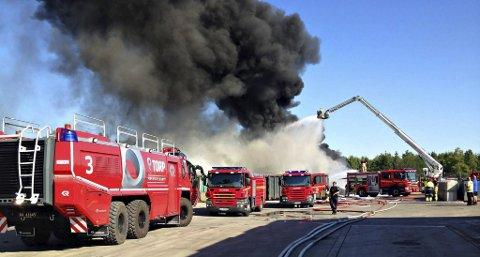 KATASTROFALT: Brannvesenet rykket ut til den store brannen i hos Revac Gjenvinning i Re 21. juli 2014. Foto: Vestfold Interkommunale Brannvesen
