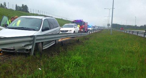 KJØRTE UT: Bilen som kolliderte i autovernet på Helland ved E18 forårsaket lange køer søndag ettermiddag.