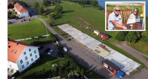 GLEDER SEG: Bjørgulf og Therese Gjessvåg gleder seg til byggestart. Nybygget blir satt opp på betongplattingen bak gjerdet.