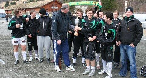 Det var litt andre forhold under Gjestalcup før i tiden. Her får Ålgård FK pokalen etter seieren i 2010.