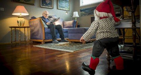 Man vet aldri om man får besøk i jula. Den rødkledde julenissen kommer trampende inn i stua, mens nissen er litt mer forsiktig når han titter fram fra kriker og kroker. 3 BILDER: JENS HAUGEN