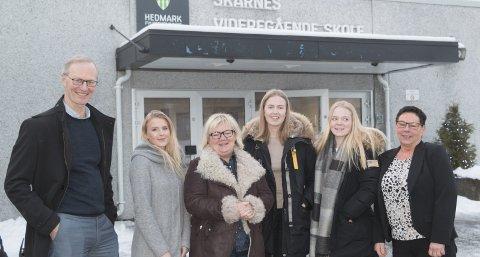 FORNØYDE: 500.000 kroner til satsingen på lokale ungdomsbedrifter fra Sparebankstiftelsen er vel verdt å smile for! Per Nygaard, leder for bedriftsmarkedet i Sparebank1 Østlandet (fra venstre), Tirill Tollefsen, Tove Gulbrandsen, styreleder i Ungt Entreprenørskap, Vivi Nordli, Maren Norheim og rektor Hanne Foss ved Skarnes videregående skole. FOTO: PER HÅKON PETTERSEN
