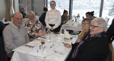 HVITE DUKER:  Upåklagelig stil når de besøkende ble invitert inn i restauranten til et velsmakende måltid.             Servitør er Emma Margrethe Nygårdseter, og åpenbart fornøyde gjester er John Holen (fra venstre), Aina Holen, Gunn Antonsen og Brit Bøhnsdalen.