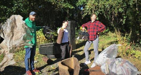 Johannes Wahl Gran, Mari Mo Osterheider og Fanny Pindsle med noko av det dei fann på ei kort ryddeøkt ved Vingnes.