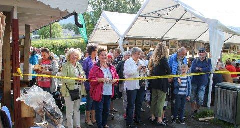SKATTEJAKTSTART: Kari (grønn jakke) og Lulle (rosa jakke) fra Hønefoss stilte først i køen da lørdagens loppemarked åpnet.
