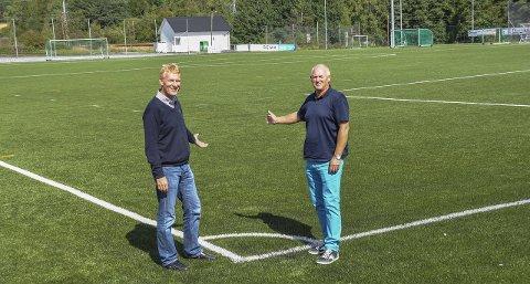 ÅPNET I ÅR: Et komplett kunstgressanlegg til nærmere 10 millioner kroner ble åpnet i Berg tidligere i år. Her leder Knut Nilsen (th) og nestleder Espen Haakenstad.