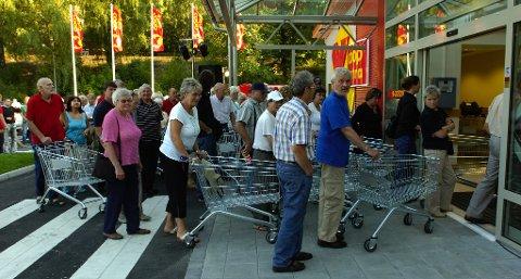 I KØ: Slik så det ut i 2006, da folk sto kø å komme inn i den nye Extra-butikken.Arkivfoto: Tom Richard Andreassen