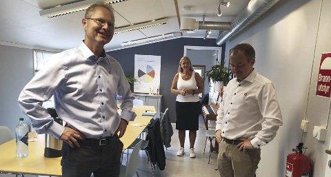 IMPONERT: Tor Andre Johnsen var nylig på besøk hos CRUX i Hamar og ble imponert over samfunnsnytten den ideelle stiftelsen kan vise til selv med relativt beskjedne midler. Her sammen med Erlend Wiborg som er leder i Stortingets arbeids- og sosialkomite. I midten Marit Ophus