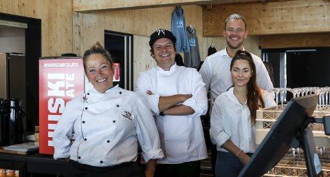 RESTAURANTEN: Kokk Trine Mathisen, kjøkkensjef Joachim Jensen, restaurantsjef  Stian Eklo, og servitør Victoria Sefrankovà utgjør teamet i restauranten på det nye velkomstsenteret.