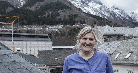 Mellom høye fjell: Helga Schöbitz Tverdal har etablert seg som allmenn naturterapeut i Odda. Enmannsbedriften «for din helse»  er lokalisert i Blåhuset i Bakkegata, et hus hun selv har sørget for at har reist seg til fordums prakt- og med nytt innhold. Foto: Mette Bleken