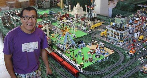 TUSENVIS: Kjetil Espeland leier ut legoen sin i høstferien. På Gamle Slaktehuset er det utstilling, men også tusenvis at biter som venter på at kreative barn og voksne skal bygge med dem.