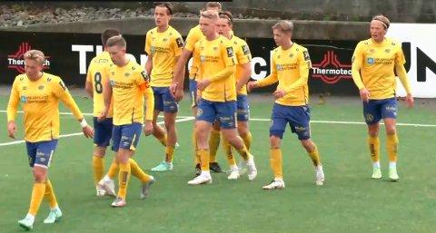 SEKS FORSKJELLIGE MÅLSCORERE: Djerv 1919 vant 6-2 mot Hinna lørdag etter at seks forskjellige Djerv 1919-spillere scoret. Her jubler gultrøyene for 2-1-scoringen til André Solstrand..