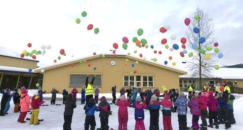 Ballongslipp: Førstetrinnet ved Olderskog skole feiret 100 dager på skolen. Det skjedde 9. februar.