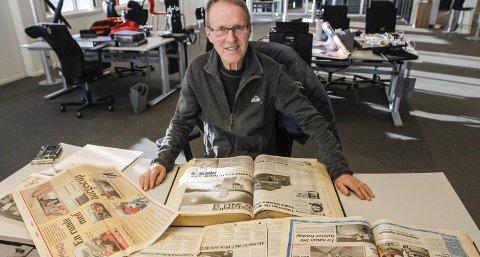 GAMLE AVISER: Ulf Bastholm ser i gamle aviser og egne papirer fra 1980- og 1990-tallet. Han var rennleder for alle de store mesterskapene, og han har beholdt noen av permene fra 30 år tilbake. Foto: Per Vikan
