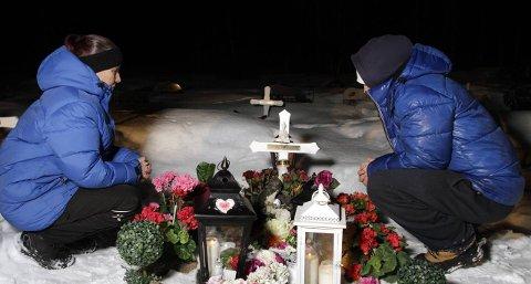 MANGE SPØRSMÅL: I romjula 2013 tok Dan Eliassen sitt eget liv på cella i Tromsø fengsel. Han er begravet i Sør-Varanger, hvor moren Grethe og broren Cato fortsatt har mange spørsmål om fengselet gjorde det de skulle for å forhindre selvmordet. Bildene er tatt i fjor vinter. Foto: Ole-Tommy Pedersen
