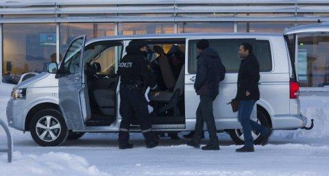 PÅ MED BREMSEN: Flyktninger og andre migranter i Vestleiren utenfor Kirkenes fikk signaler om at de skulle deporteres til Russland tirsdag. I stedet fikk de kontaktinfo til advokater og beskjed om at returen er utsatt, ifølge en av beboerne. Bildet viser migranter som hentes av politiet på den lokale flyplassen mandag. Omtrent 70 personer ble nylig transportert til Kirkenes, hvor politiet planlegger at de planlegger bussretur. Foto: Stian Hansen