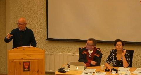 UENIGE: Her står Børre St. Børresen på talestolen i forkant av avstemningen om kommunebudsjettet for Tana for neste år. Børresen mener det skjedde en feil i avstemningen, som i praksis gjør at kommunen sitter med to gyldige budsjett. Til høyre på bildet sitter varaordfører Odd Erik Solbakk(DSL) og ordfører Helga Pedersen (Ap).