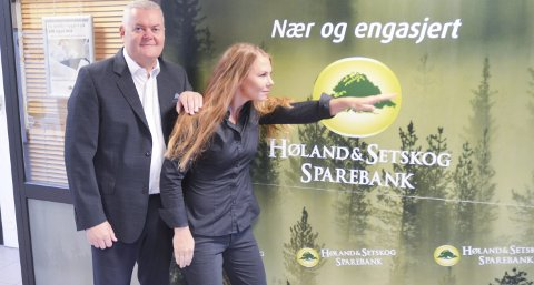 UNG OG FREMADSTORMENDE: Høland og Setskogs administrerende banksjef John Sigurd Bjørknes og den nye banksjefen Kine Holtet ser framover. FOTO: ROGER ØDEGÅRD