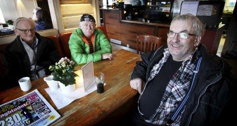 Engasjerte: Ole Erik Tandberg, Arne Stensrud og Torger Rud diskuteter ofte lokalpolitikk på stamkafeen i Sande.Foto: Jarl Rehn-Erichsen