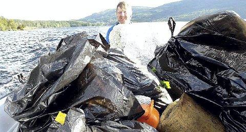 MYE Å TA AV: Det er ikke lite søppel Eikern fiskevernforening og Eiker båtforening rydder langs strendene av Eikeren (bildet) og Fiskumvannet. Bjørn-Egil Kristoffersen er såvidt synlig bak søppelhaugen. Alle foto: Eikern fiskevernforening