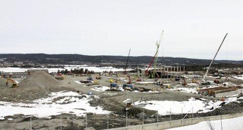 Rene maurtua: Menneskene blir små på den store byggeplassen. Over hele området pågår det arbeider av forskjellig art.alle foto: Jarl Rehn-Erichsen