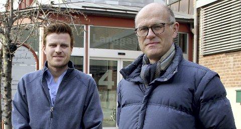 OPTIMISTISK: Kommuneoverlege Ole Johan Bakke (til h.) understreker at dugnaden i folket må fortsette selv om kommunen per nå ikke har noen smittede. Her sammen med kollega Andreas Thunes.