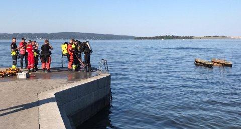 Redningsdykkere fra Drammen skal undersøke området ved badebrygga.