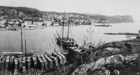 Østre Øya rundt 1900: Slik så byen Kragerø ut for over 100 år siden. Fotografen har stått på Øya. I bakgrunnen til høyre ligger «Buene», skjæret som tidligere ble brukt til å stable trelast og plank som igjen ble fraktet ut i Europa. Etter at jernbanen ble anlagt og kom til Kragerø, forsvant skjæret og ble en del av den nye Jernbanekaia.