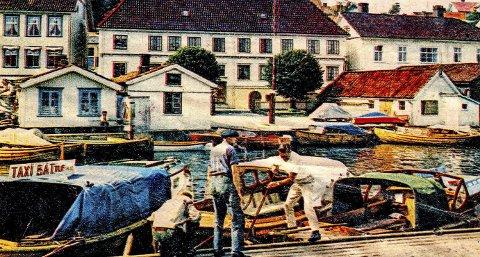 Ved Blindtarmen i 1964: Et lite fargerikt glimt fra Blindtarmen sommeren for 55 år siden. Det var den gang trebåtene «eide» plassene. Tre karer står på brygga og diskuterer ett eller annet. Til venstre sees skiltet «taxibåt». Her lå skyssbåtene «Fram», «Marna» og «Swift» klare til å frakte folk ut i skjærgården. I bakgrunnen sees Tollboden og på plassen foran brygga ser man at flagget er heist.