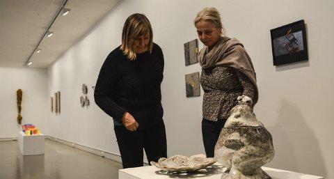 RAKU: Marit Fåsetbru (t.v.) kikker på verkene til Ingegjerd Mandt. Utstillingen på Låven åpner lørdag 19. november.